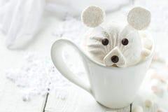 Горячий шоколад с зефиром в форме полярного медведя Стоковая Фотография RF