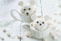 Горячий шоколад с зефиром в форме полярного медведя Стоковое фото RF