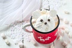 Горячий шоколад с зефиром в форме полярного медведя Стоковая Фотография