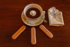 Горячий шоколад с пальцами дамы Стоковые Изображения