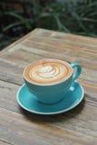 Горячий latte кофе на деревянной таблице Стоковое фото RF