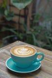 Горячий latte кофе на деревянной таблице Стоковые Фотографии RF