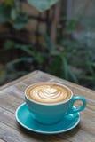 Горячий latte кофе на деревянной таблице Стоковые Изображения