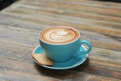 Горячий latte кофе на деревянной таблице Стоковое Изображение RF