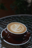 Горячий latte кофе с красивым искусством latte на керамическом стекле в lo Стоковое Фото