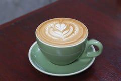Горячий latte кофе с красивым искусством latte Стоковые Фотографии RF