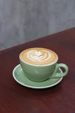 Горячий latte кофе с красивым искусством latte Стоковое Фото
