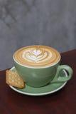 Горячий latte кофе с красивым искусством latte Стоковые Изображения