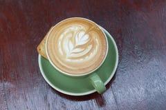 Горячий latte кофе с красивым искусством latte Стоковые Фото