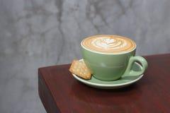 Горячий latte кофе с красивым искусством latte Стоковое Изображение