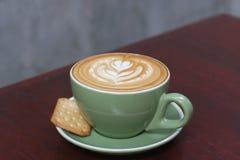 Горячий latte кофе с красивым искусством latte Стоковое фото RF