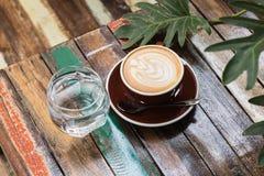 Горячий latte кофе с стилем пены тюльпана Стоковая Фотография RF
