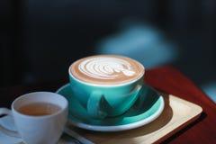 Горячий latte кофе с стилем пены тюльпана Стоковое Фото
