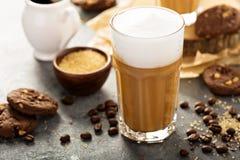 Горячий latte с толстой пеной Стоковые Изображения