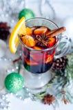 Горячим вино обдумыванное красным цветом на белой предпосылке Стоковые Фото