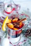 Горячим вино обдумыванное красным цветом на белой предпосылке Стоковые Фотографии RF