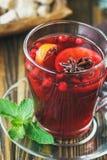 Горячим вино обдумыванное красным цветом на деревянной предпосылке украшенной с специями рождества Стоковое Изображение