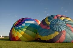 2 горячих воздушного шара надувая на том основании Стоковая Фотография RF