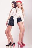 2 горячих девушки во всю длину на серой предпосылке Стоковая Фотография RF