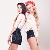 2 горячих девушки во всю длину на серой предпосылке Стоковое Фото