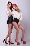 2 горячих модели на теле серой предпосылки полном Стоковая Фотография