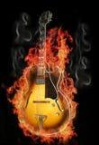 горящая гитара пожара Стоковые Фотографии RF