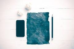 Горящая коричневая бумага и скомканная бумага с умным годом сбора винограда телефона Стоковое Фото