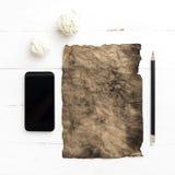 Горящая коричневая бумага и скомканная бумага с умным телефоном Стоковое Фото
