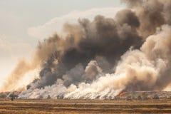 Горящая куча отброса дыма от горящей кучи Стоковое Фото