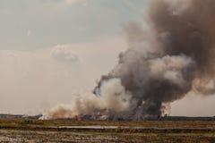 Горящая куча отброса дыма Стоковые Фото
