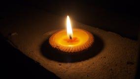 Горящая плоская свеча на ноче изолированная на темной предпосылке Стоковые Фото