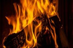 Горящая древесина в камине Стоковое Изображение RF