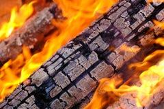 Горящая древесина, конец вверх Стоковые Изображения