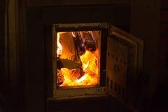 горящая древесина печки грея коттедж в зиме Стоковая Фотография RF