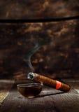 Горящая роскошная кубинская сигара Стоковое фото RF