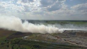 Горящая свалка мусора загрязняет окружающую среду Сильный ветер поднимает токсический дым горящего отброса в воздух и распростран видеоматериал