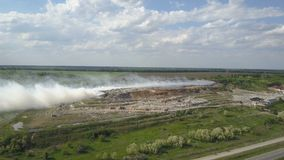 Горящая свалка мусора загрязняет окружающую среду Сильный ветер поднимает токсический дым горящего отброса в воздух и распростран сток-видео