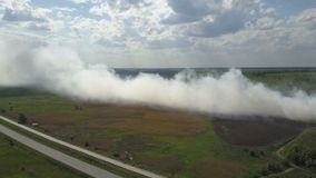 Горящая свалка мусора загрязняет окружающую среду Сильный ветер поднимает токсический дым горящего отброса в воздух и распростран акции видеоматериалы