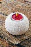 Горящая свеча в подсвечнике на деревянной предпосылке Стоковое фото RF