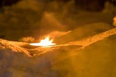 Горящая свеча в снеге, традиция рождества Стоковое фото RF