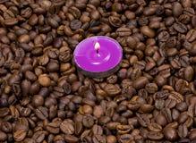 Горящая свеча на зернах кофе Стоковая Фотография