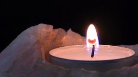горящая свечка сток-видео