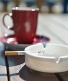 Горящая сигарета в ashtray Стоковое фото RF
