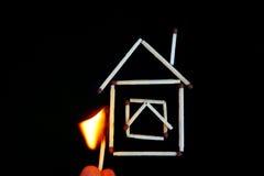 горящая спичка около модели дома Стоковое Изображение