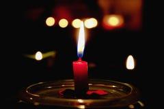 горящая темнота свечки - красный цвет Стоковое Фото