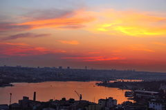 Горящее небо во время захода солнца Стоковое Изображение