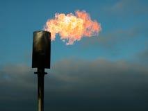 горящее пламя наполняет газом башню Стоковые Фото
