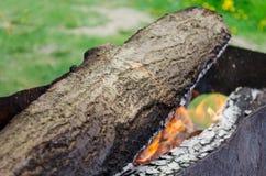 Горящее пламя угли в гриле Стоковое Фото