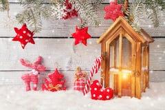 Горящее украшение фонарика и рождества на древесине стоковая фотография rf