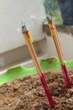 Горящие ладан и свечи на алтаре Стоковое Фото